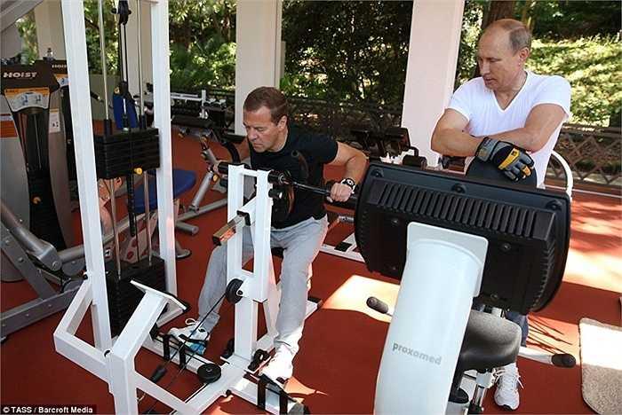 Tổng thống tập luyện cùng Thủ tướng Medvedev trong phòng gym của mình ở Sochi
