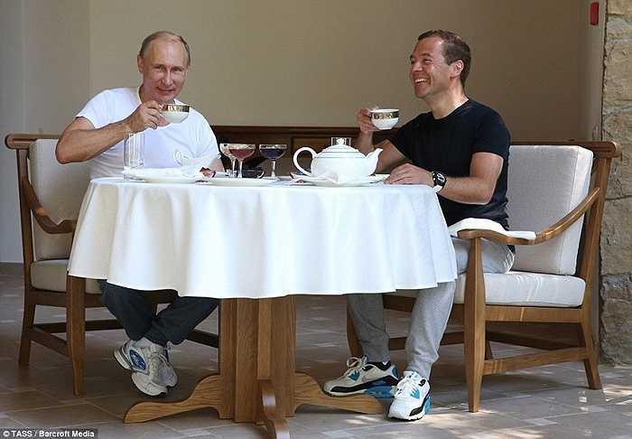 Sau đó hai người uống trà cùng nhau