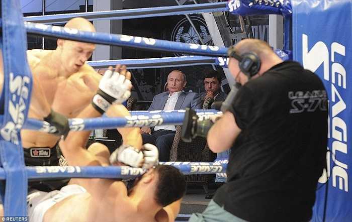 Sau đó Tổng thống Putin đi xem một trận đấu boxing