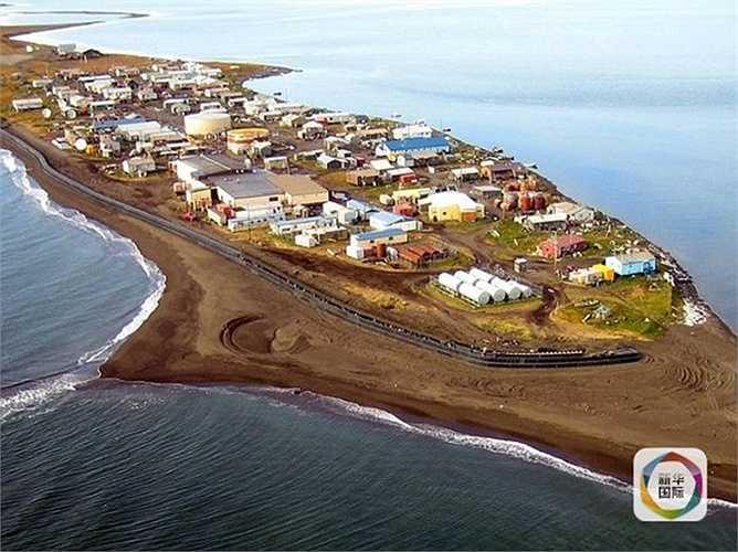 Ngôi làng Kivalina thuộc bang Alaska (Mỹ) đang đứng trước nguy cơ chìm xuống đáy biển do tác động của băng từ Bắc Cực tan chảy trong nhiều năm qua