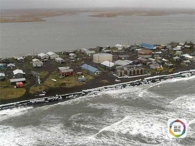 Các cư dân ở đây sống bằng nghề đánh bắt cá, mỗi năm nơi ở của họ bị biển lấn vào vài mét