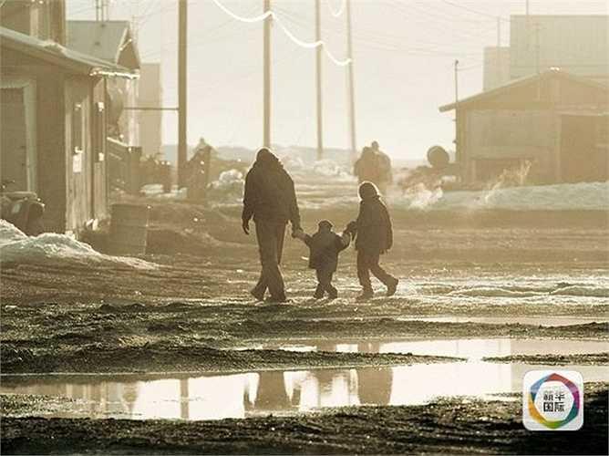 Kivalina nằm trên mực nước biển không đến 2 m. Băng tuyết bao chung quanh hòn đảo gần 8 tháng trong một năm