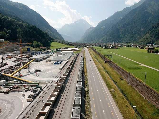 Chi phí xây dựng lên đến hơn 10 tỷ USD. Con đường này đã vượt qua kỷ lục con đường hầm dưới biển Seiken của Nhật