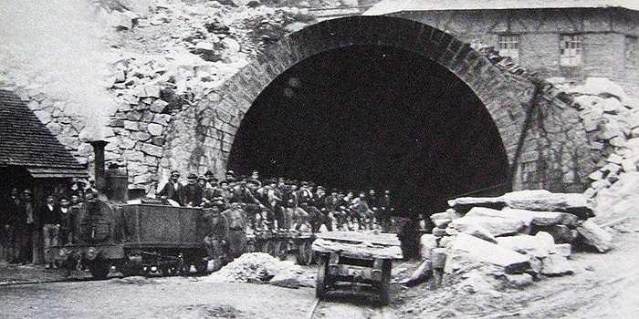 Hàng chục triệu mét khối đất đá của núi An Pơ đã được đào xới để làm nên con đường hầm kỷ lục này