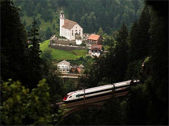 Những chuyến tàu sẽ đi qua đường hầm này giúp giảm bớt thời gian di chuyển nhưng nó cũng có thể làm ảnh hưởng đến việc ngắm cảnh quan xung quanh