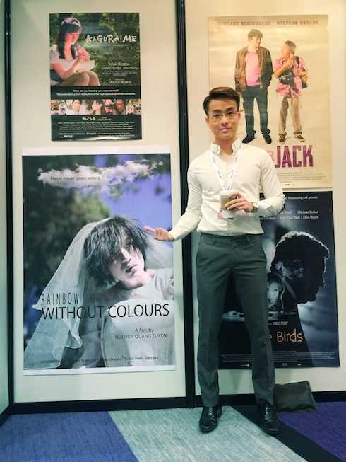 Diễn viên Thanh Tú bên poster phim.