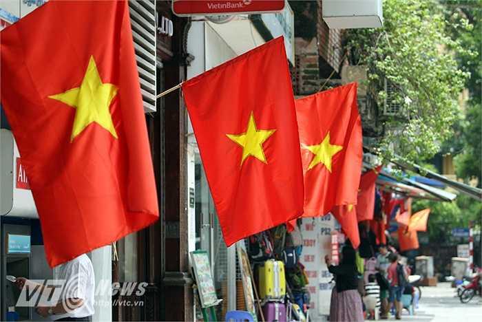 Hà Nội những ngày này, khắp phố phường rợp cờ đỏ sao vàng, mừng đất nước 70 năm Độc lập.