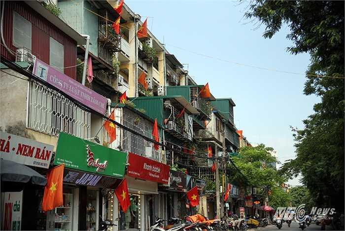 Treo cờ ở khu tập thể Thành Công trên đường Thành Công.