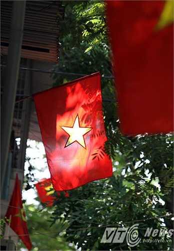 Rực rỡ cờ đỏ sao vàng trong nắng Thu.