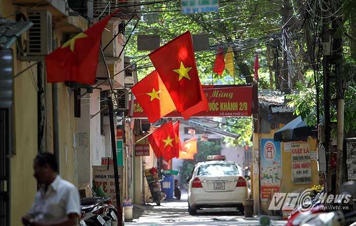 Những con ngõ vào khu tập thể Kim Liên luôn rợp màu cờ.