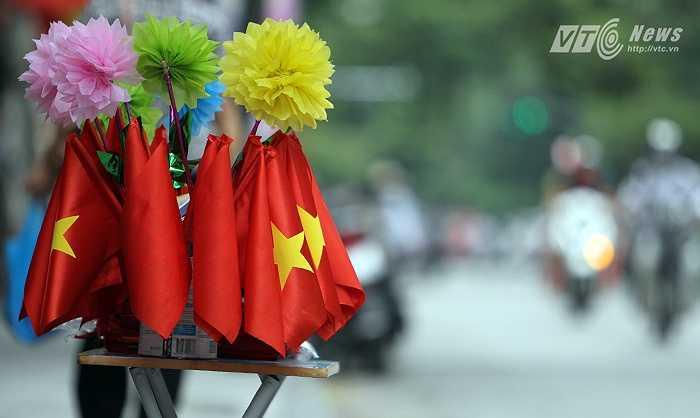 Những lá cờ nhỏ được bày bán trên phố Hàng Bông cho các em nhỏ mua đi cổ vũ các đoàn diễu binh.