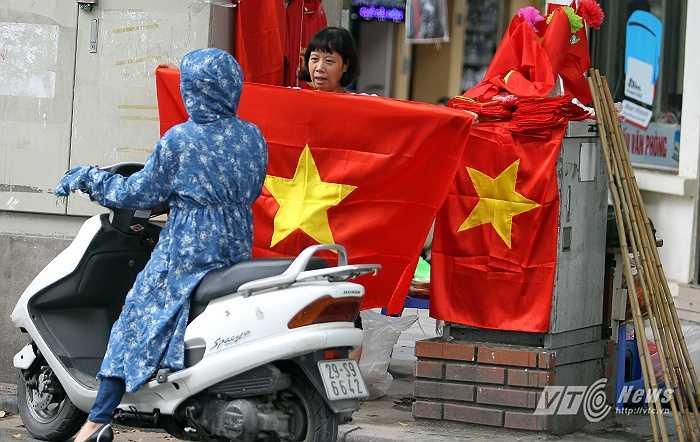 Người dân mua cờ Tổ quốc về treo ngày Tết Độc lập.