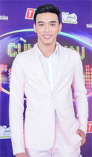 Trưởng nhóm Ô Kìa, diễn viên Thuận Nguyễn nổi bật trên thảm đỏ với chiều cao khủng chuẩn siêu mẫu 1m88.