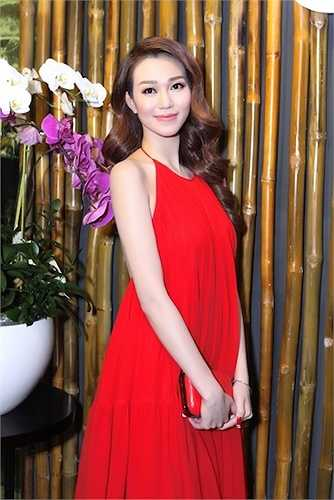 Cô diện một chiếc đầm đỏ dạng yếm vô cùng bắt mắt.