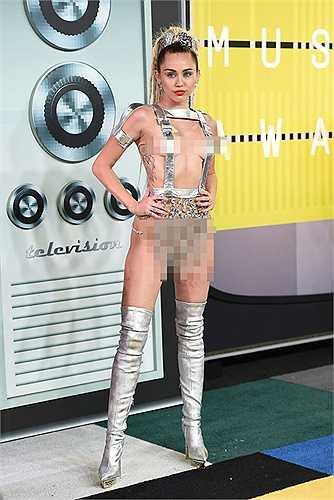 Đêm 30.8 (giờ địa phương), lễ trao giải thưởng âm nhạc MTV VMAs đã diễn ra tại nhà hát Microsoft Theater ở Los Angeles, California, Hoa Kỳ. Đến dự lễ trao giải là sự xuất hiện của một loạt những gương mặt hàng đầu giới giải trí Âu Mỹ như Taylor Swift, Miley Cyrus, Selena Gomez, Justin Bieber...