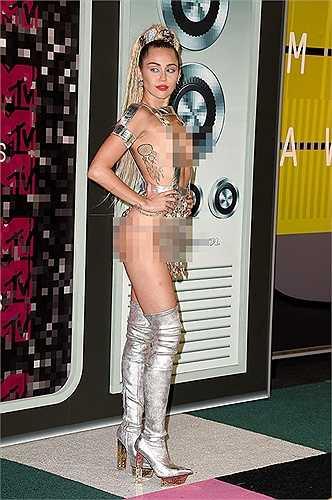 Đặc biệt, cô ca sĩ nổi loạn Miley Cyrus đã khiến nhiều người phải choáng váng vì bộ trang phục gần như nude toàn bộ trên thảm đỏ. Đây không phải là lần đầu tiên Miley mặc những bộ trang phục gây sốc đến các lễ trao giải nhưng xét về độ táo bạo thì bộ trang phục lần này của Miley đã đứng ở vị trí hàng đầu.