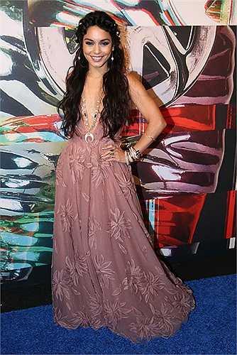 Công chúa Disney Vanessa Hudgens với bộ váy khá diêm dúa