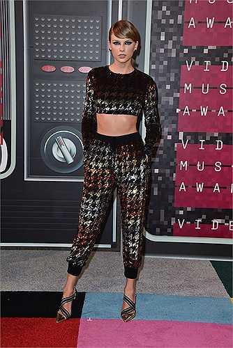 Taylor Swift cùng bộ quần áo lấp lánh có phần hơi khó hiểu