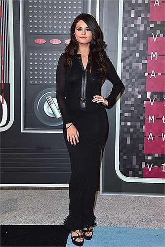 Selena Gomez với bộ trang phục 'hơi quá tuổi' so với cô