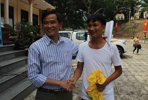 Tươi cười bắt tay một phạm nhân được đặc xá và cũng là bệnh nhân mà ông Huy (trái) từng chữa trị