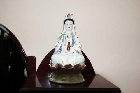 Với góc độ tín ngưỡng và sự tôn kính lễ giáo thì đặt tượng thần, Phật trong phòng ngủ là điều đại kỵ.