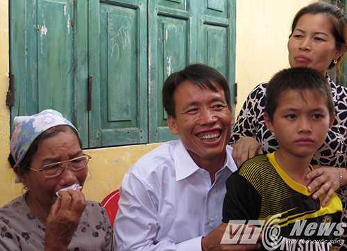 Người thân bùi ngùi xúc động gặp lại ông Vươn sau hơn 3 năm 7 tháng thi hành án phạt tù - Ảnh MK