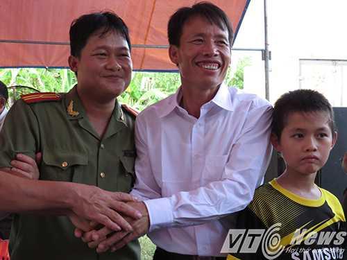 Một cán bộ Công an huyện Tiên Lãng cũng đến chung vui cùng gia đình ông Vươn - Ảnh MK