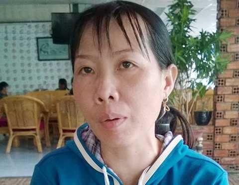 Chị Mai- nữ công nhân nhặt được vàng kể lại sự việc. (Ảnh: Nhật Tân)