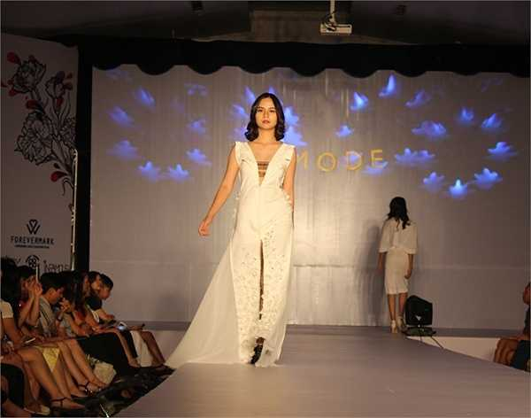 Nữ sinh Hà Thành đẹp tinh khôi trong bộ váy trắng.