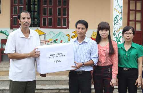 Lương y Thanh tặng quà cho giáo viên, học sinh ở xã nghèo Tả Phời trong dịp tết.