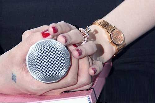 Trong lần ra mắt single Kiss me - sản phẩm âm nhạc đánh dấu sự trở lại của Thủy Tiên sau quãng thời gian nghỉ sinh con, bà xã Công Vinh lại gây chú ý khi đeo nhẫn đính kim cương cỡ bự cùng đồng hồ mạ vàng sang trọng.