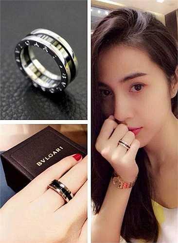 Nhẫn luôn là trang sức yêu thích của Thủy Tiên. Trong một lần mua sắm, cô cũng từng bỏ ra 600 đô (khoảng 12 triệu) để đặt mua chiếc nhẫn của một thương hiệu nổi tiếng và 'khoe' trên facebook.