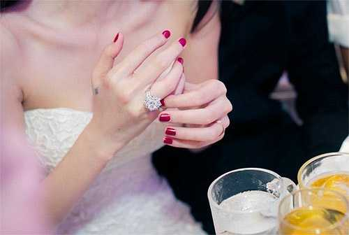 Trong hôn lễ cùng Công Vinh diễn ra vào cuối tháng 12.2014, Thủy Tiên lại gây 'choáng' khi đeo chiếc nhẫn kim cương có giá hơn 1 tỷ đồng.