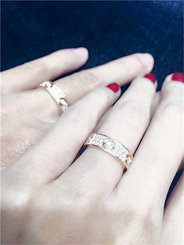 Tuy nhiên, sau đám cưới không lâu, vợ chồng Công Vinh lại gây tò mò khi khoe cặp nhẫn hàng hiệu mới, đính nhiều viên kim cương và xem đây chính là vật đính ước của cả hai.