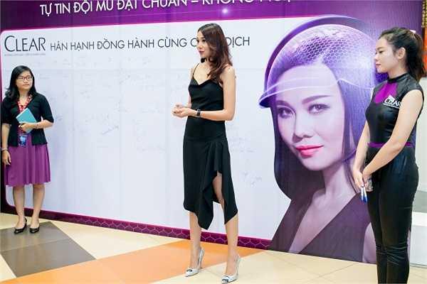 Siêu mẫu diễn viên Thanh Hằng đã có mặt tại một sự kiện của nhãn hàng mà cô làm đại sứ để tặng mũ bảo hiểm đồng thời kêu gọi mọi người đội mũ đạt chuẩn để bảo vệ mình và người thân nhằm giảm tỉ lệ tai nạn giao thông.