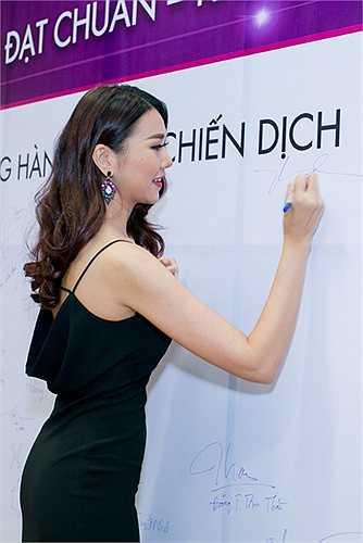 Trong suốt thời gian qua, 'đệ nhất chân dài' Thanh Hằng không nhận lời tham gia bất cứ sự kiện nào để tập trung quay hình của cuộc thi Vietnam's Next Top Model, nên việc xuất hiện tại sự kiện này cũng đã thu hút được sự quan tâm chú ý của rất nhiều người.