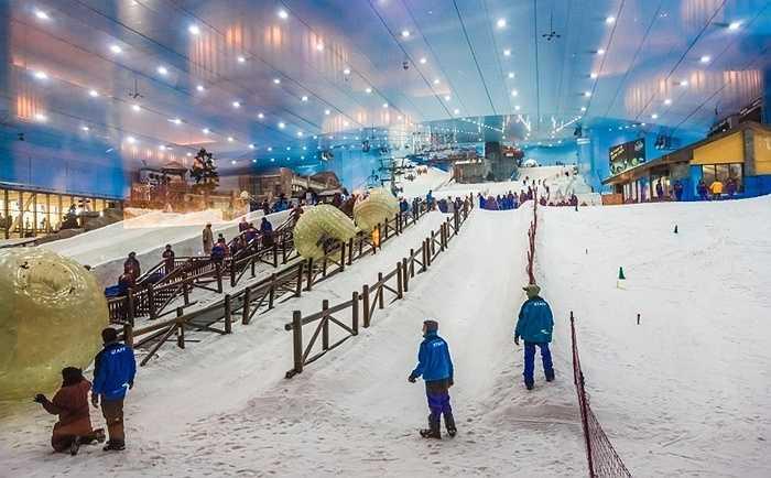Khu trượt tuyết Dubai. Để thỏa mãn lòng khát khao được trượt tuyết tại một nơi tràn ngập sa mạc, các đại gia Dubai đã quyết định xây dựng cả một khu trượt tuyết trong nhà với những triền núi, đồi nhân tạo và tuyết nhân tạo. Đây được coi là một trong những công trình tốn kém nhất ở đây