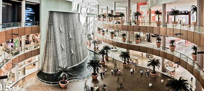 Trung tâm thương mại Dubai. Trung tâm thương mại là nơi để các đại gia tiêu tiền. Điều đó thì ai cũng biết nhưng khó ai có thể tưởng tượng được những khoản tiền khổng lồ mà trung tâm thương mại ở Dubai thu lại được từ việc bán vàng, bán kim cương, đồ trang sức hay các món đồ xa xỉ khác