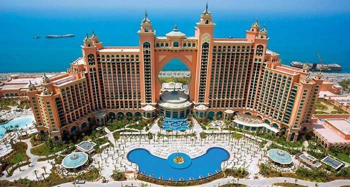 Khách sạn Atlantis. Khu phức hợp khách sạn, nghỉ dưỡng Atlantis có vốn đầu tư 1,5 tỉ đô la Mỹ và được xây dựng trên khu đất 46 hécta. Tầng trên cùng của khách sạn là căn phòng sang trọng nhất với một bàn ăn được nạm vàng đủ chỗ cho 18 người và đó là căn phòng có giá 26.000 USD/đêm.