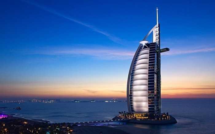 Buj Al Arab hay tòa tháp Ả Rập. Hiện tại Buj Al Arab vẫn là khách sạn 7 sao duy nhất trên thế giới. Điều tạo nên ngôi sao thứ 7 cho khách sạn này là dát vàng lá 22 carat và 24.000 mét vuông đá cẩm thạch, gồm 30 loại khác nhau.