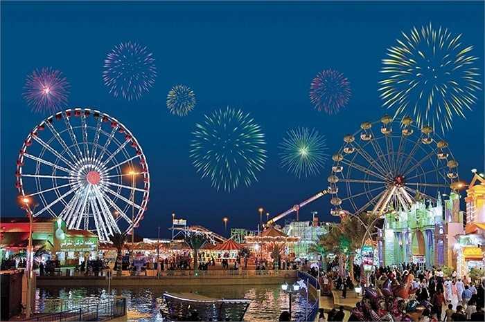 Làng Global, Dubai. Ngôi làng này là nơi shopping, ăn uống và tận hưởng, khám phá văn hóa ở Dubai. Đặc biệt, nơi đây thường xuyên diễn ra các hoạt động bắn pháo hoa rực rỡ