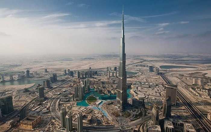 Burj Khalifa. Đây là tòa tháp cao nhất thế giới hiện tại. Nó cơ bản là biểu tượng của thành phố và cũng vô cùng sang trọng. Burj Khalifa từng là phim trường cho một số cảnh quay trong phim Nhiệm vụ bất khả thi của tài tử Tom Cruise