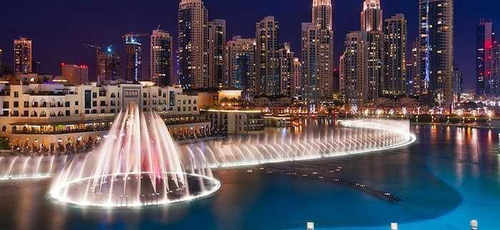 Đài phun nước Dubai. Khi trời tối, đài phun nước Dubai thực sự là điểm đến thú vị cho các du khách với ánh sáng và những màn nhạc nước huyền ảo
