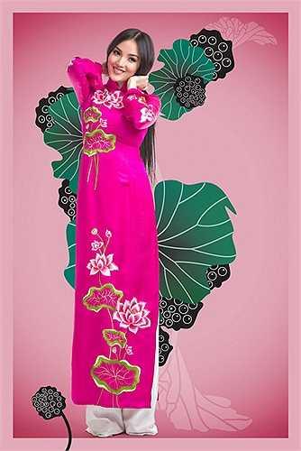 Chất kiệu truyền thống tơ tằm tạo sự mềm mại và hấp dẫn cho những mẫu thiết kế áo dài theo phong cách cổ truyền  với hình ảnh hoa sen là điểm nhấn cho thiết kế.