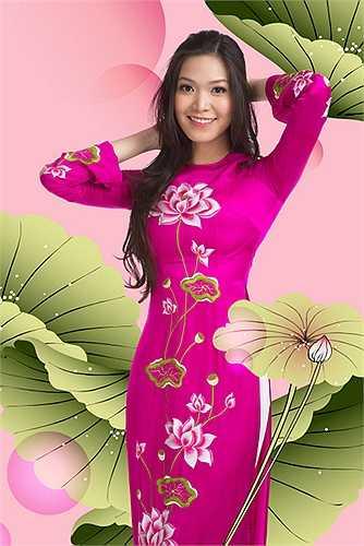 Trên thân áo được thêu tỉ mỉ hình hoa sen, Quốc hoa của Việt Nam.
