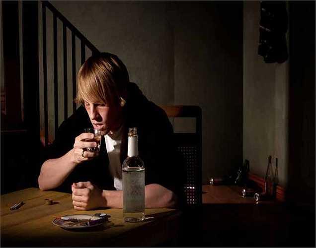 Uống rượu: Kiểm soát lượng rượu thì có thể giảm nguy cơ bị phình động mạch não. Khi bạn uống quá nhiều, các mạch máu bị yếu đi và sẽ dẫn đến vỡ các mạch máu trong não.