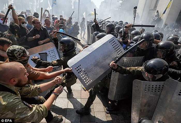 Sáng ngày 31/8, một cuộc bạo loạn kinh hoàng đã nổ ra trên đường phố Kiev, Ukraine khi một đám đông hàng nghìn người biểu tình đụng độ với cảnh sát