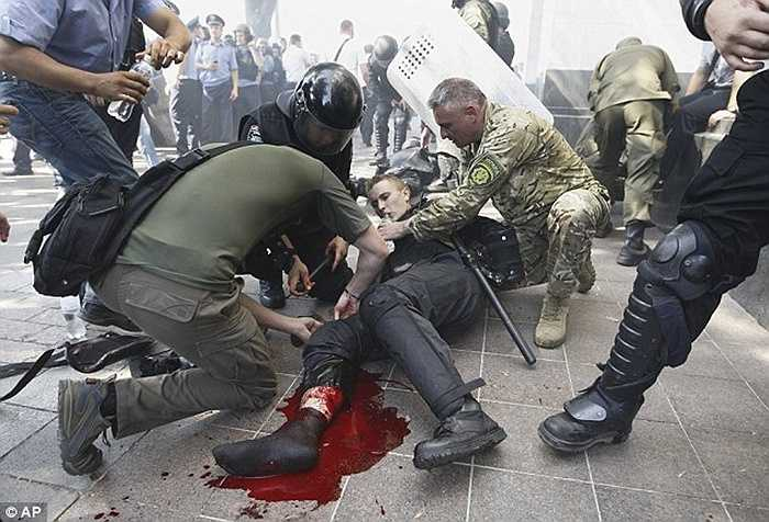 Đoàn người biểu tình có phần quá khích sử dụng cả lựu đạn và khiến nhiều sĩ quan bị thương. Đến chiều ngày 31/8, một cảnh sát đã thiệt mạng trên đường đến bệnh viện