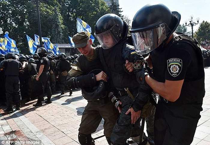 Rất nhiều cảnh sát bị thương khi nỗ lực kiểm soát tình hình