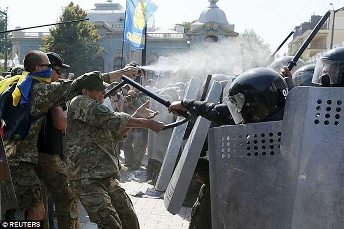 Cảnh sát Ukraine khẳng định kẻ ném quả lựu đạn đã bị bắt và giam giữ